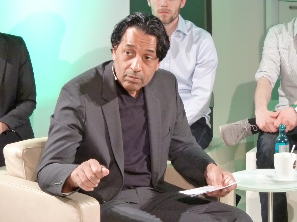 Cherno Jobatey bei der Moderation des UdL Digital Talks