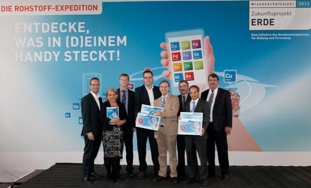 Harald Geywitz (li., E-Plus Gruppe) mit Parl. Staatssekretär Thomas Rachel und den übri-gen Partnern beim Auftakt der Rohstoff-Expedition
