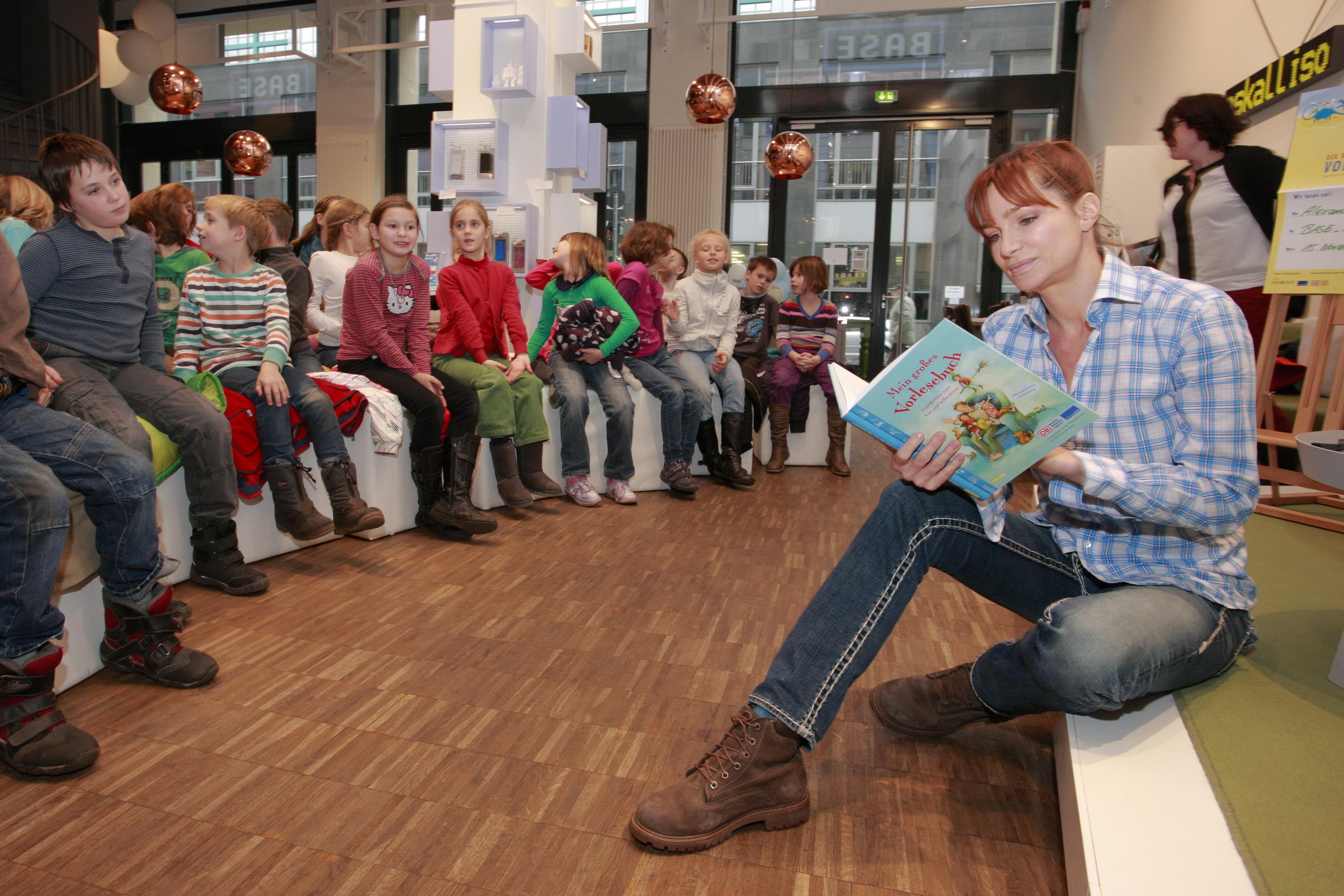 Vorlesen fördert: Alexander mit Berliner Schülern im BASE_camp
