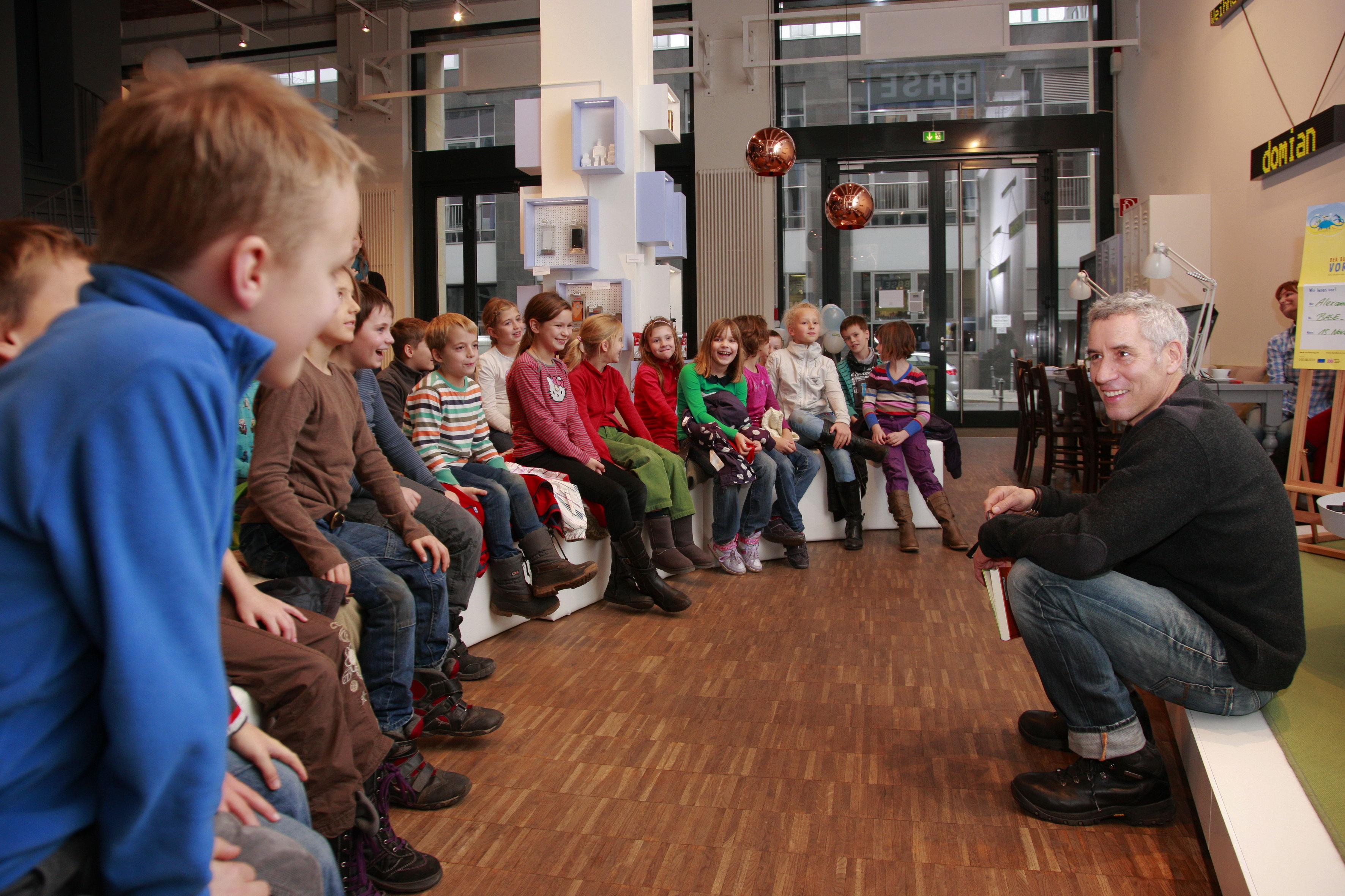 Bundesweiter Vorlesetag: Ralph Herforth mit Berliner Schülern im BASE_camp