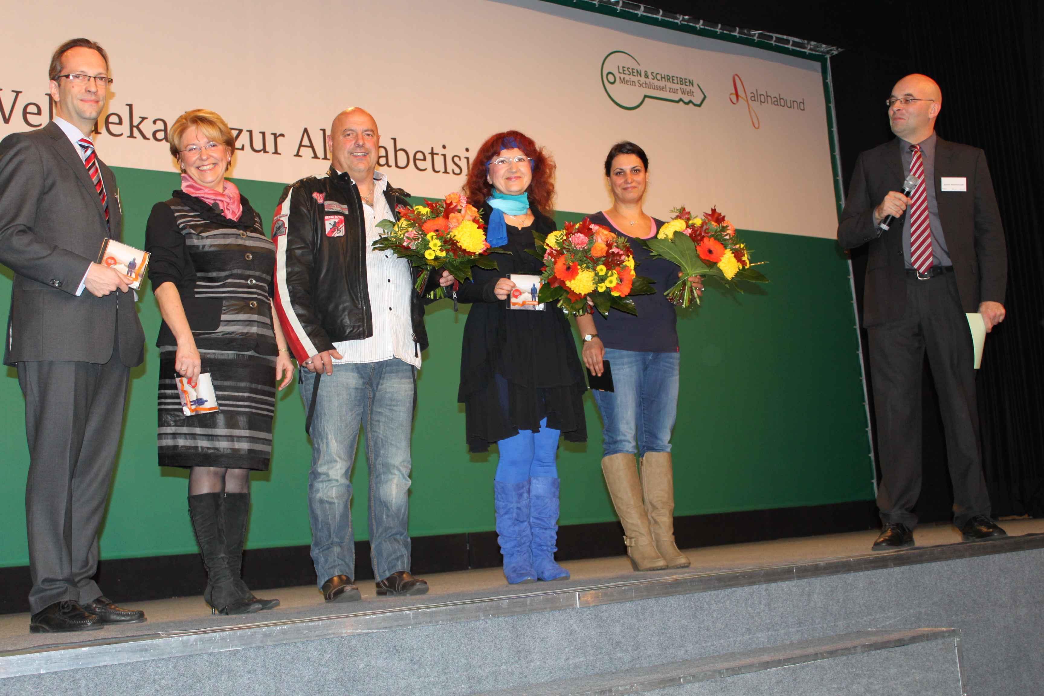 Harald Geywitz (li.) und die Gewinner des Schreibwettbewerbs