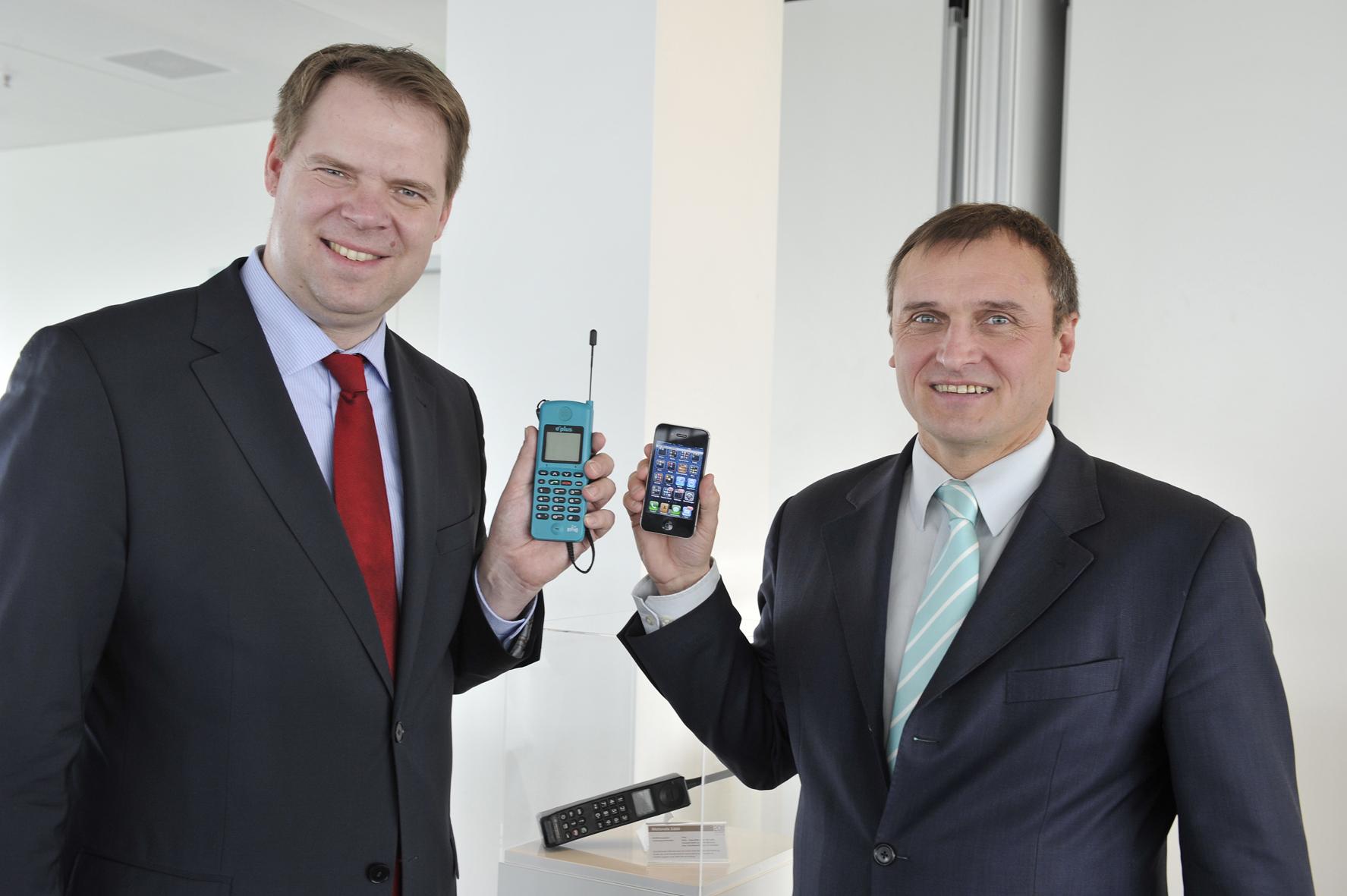 Burkhardt Müller-Sönksen (re.) und Mike Cosse (E-Plus) präsentieren die Entwicklung im Mobilfunk