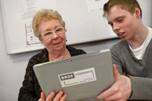 Jugendliche vermitteln den Senioren Technik-Kompetenz