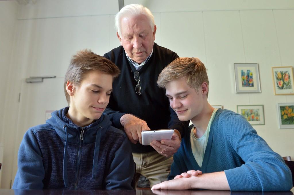 Schülerlotsen helfen Senioren beim Erlernen der Tablet-PCs.
