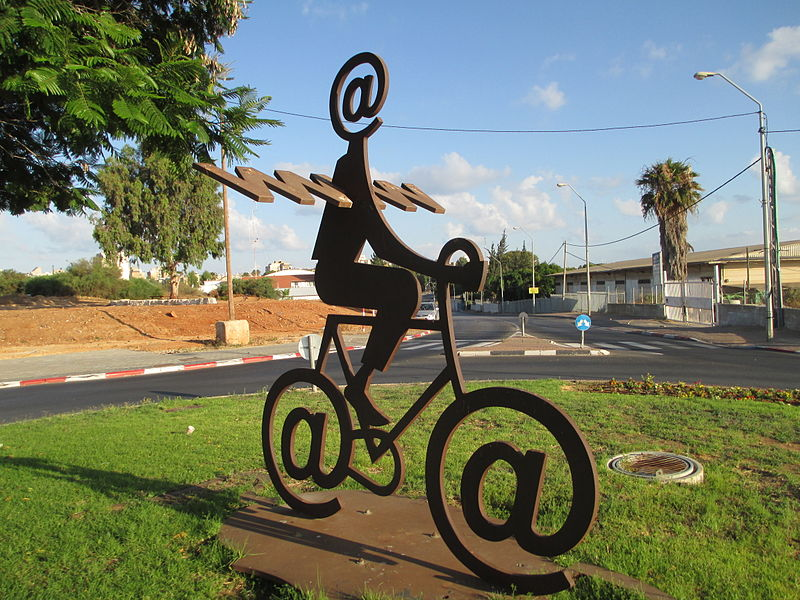 The Internet Messenger by Buky Schwartz. Quelle: Dr. Avishai Teicher via the PikiWiki - Israel free image collection project