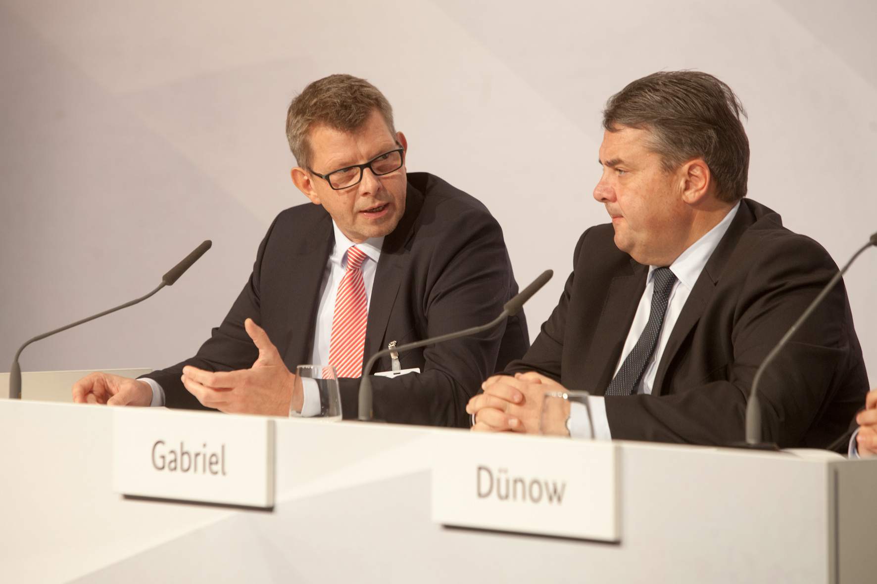 Thorsten Dirks, BITKOM Präsident und Telefónica CEO, und BM Sigmar Gabriel auf dem Nationalen IT-Gipfel, (c) BITKOM