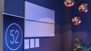Weiße Leinwand mit Miniaturwelt: Gemälde von Peter Ruehle im Telefónica BASECAMP