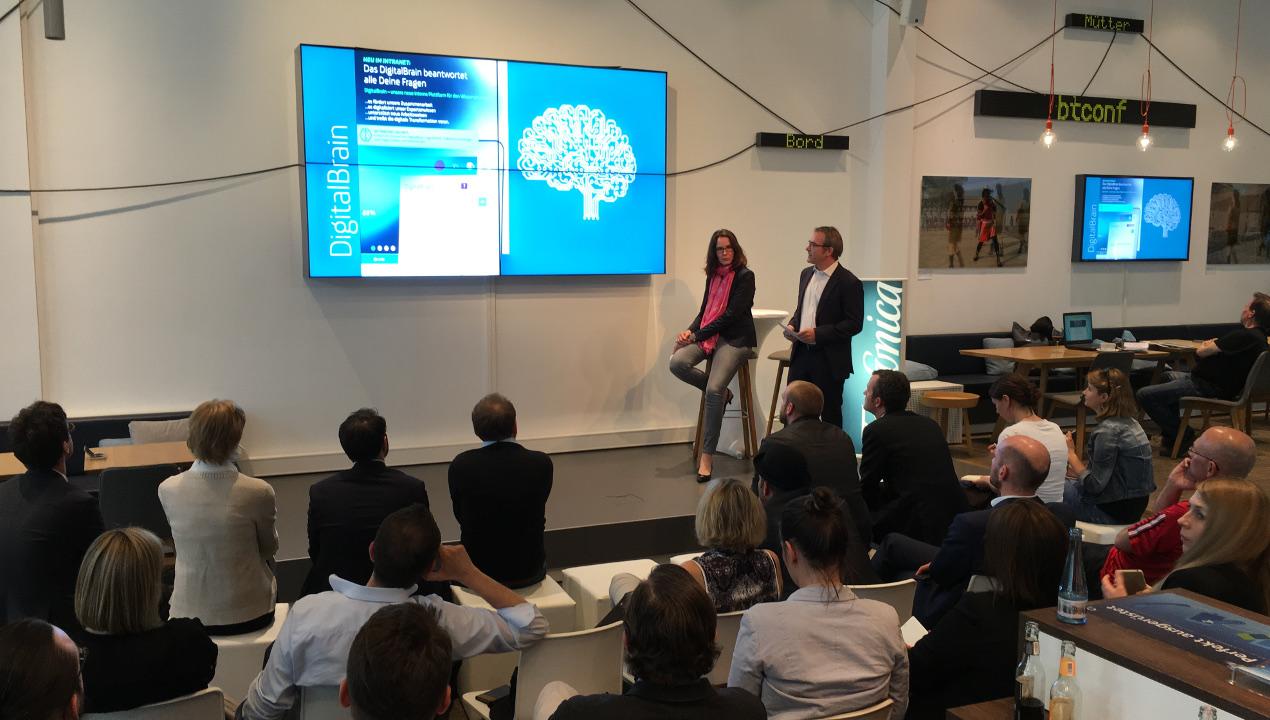 Esther Bage und Heinz Korten von Telefónica präsentieren das Digital Brain im Telefónica BASECAMP.