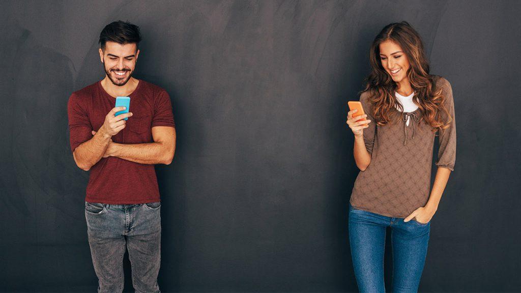 Mann Frau Smartphone iStock