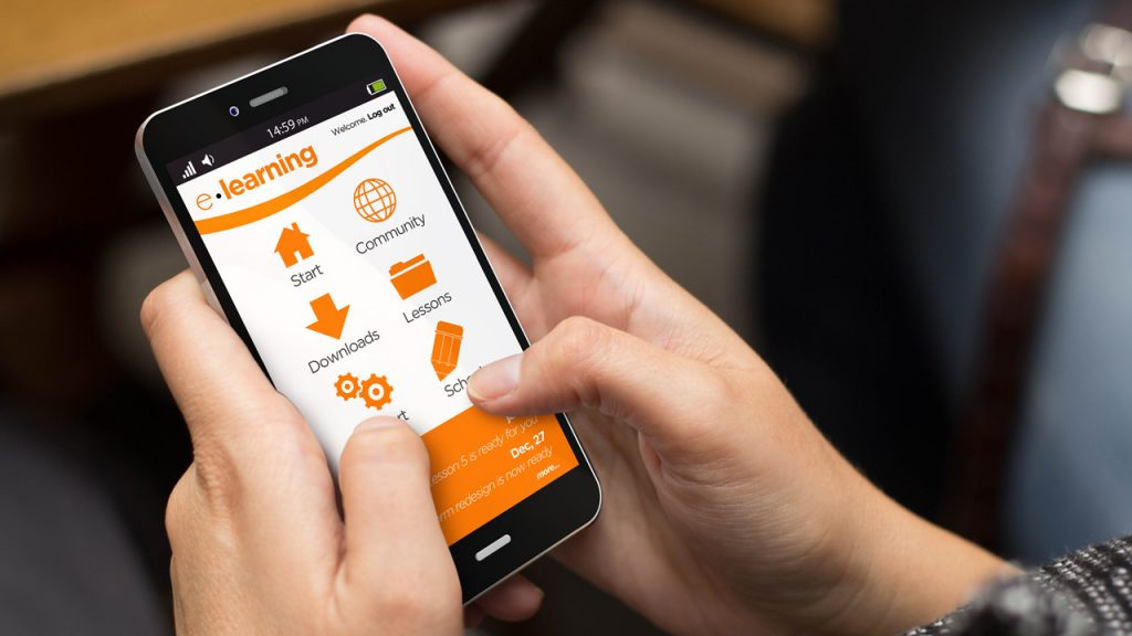 shutterstock Georgejmclittle (320117357) - Smartphone elearning Weiterbildung Training