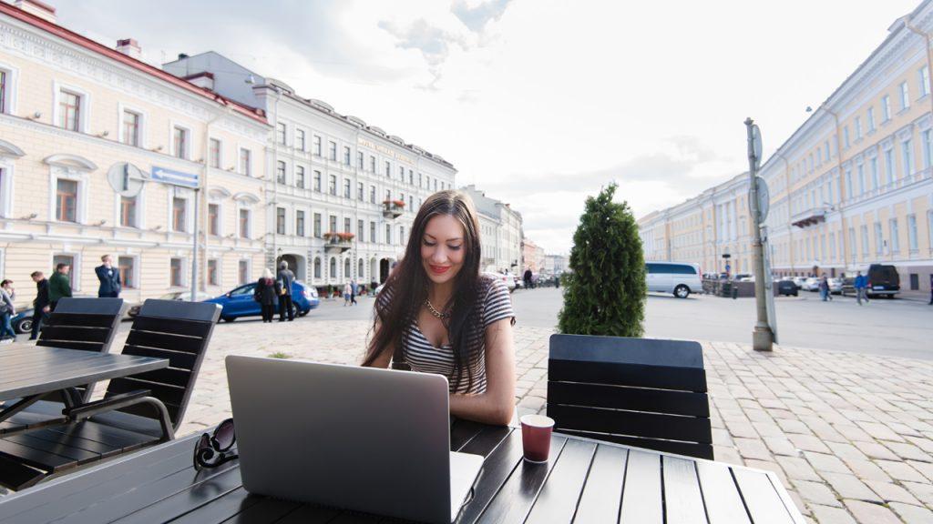 shutterstock GaudiLab (336561812) - Unterwegs arbeiten, Frau mit Laptop