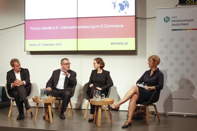 Diskutierten beim Forum HANDEL 4.0 Barrieren der Internationalisierung des Online-Handels: Stephan Tromp (HDE), Dr. Joachim Stoll (Geschäftsführer Koffer24.de), Moderatorin Tabea Wilke und Renate Nikolay (Kabinettschefin von EU-Justiz- und Verbraucherschutzkommissarin Vĕra Jourová) (v.l.n.r., Quelle: HDE)