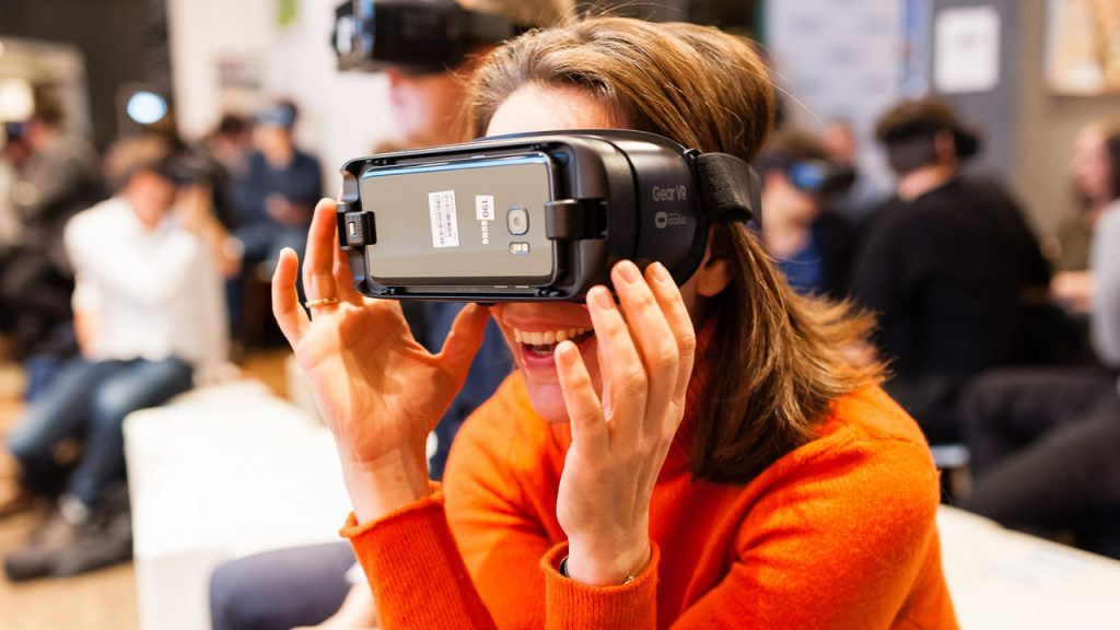 Virtual Reality - Frau mit VR-Brille BVDW Telefónica Basecamp