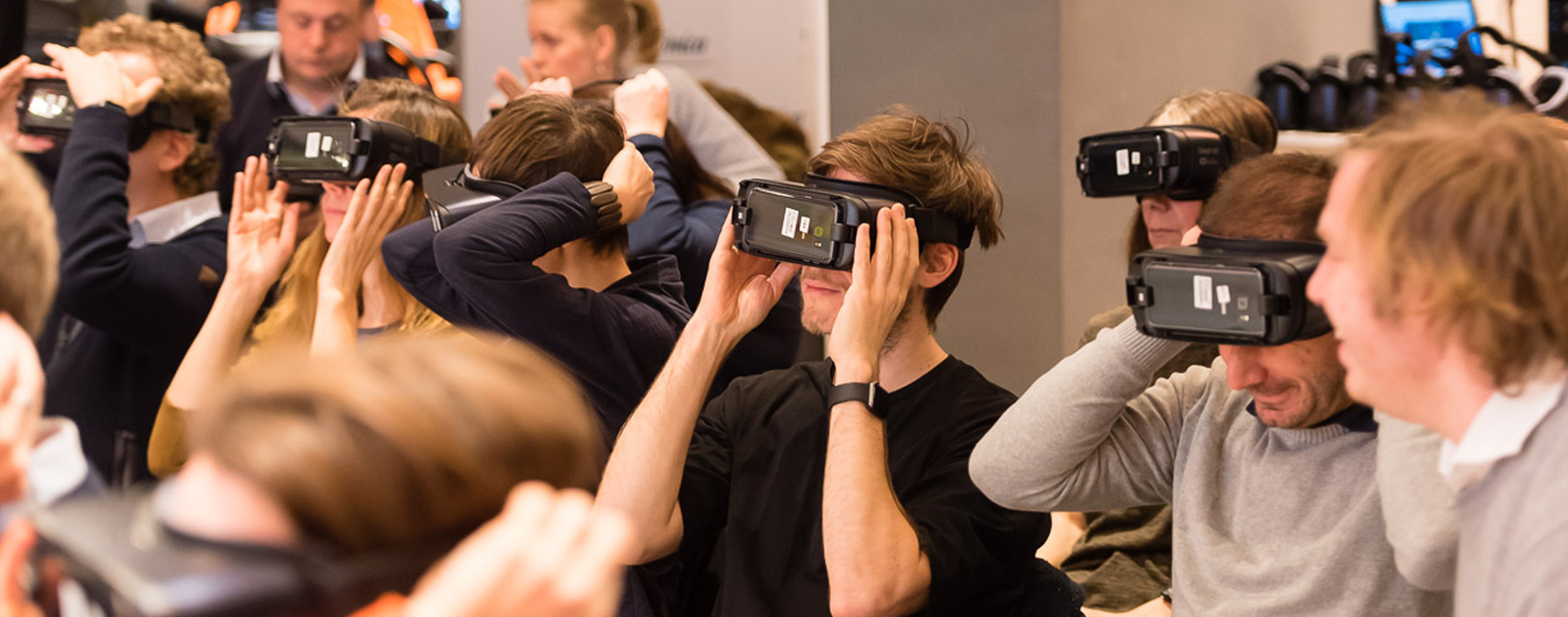 Virtual Reality - Mann mit VR-Brille BVDW Telefónica Basecamp