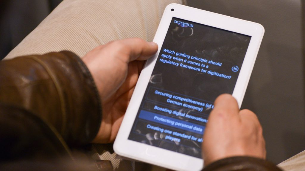 Tagesspiegel Voting Pad: Publikum im Telefónica BASECAMP stimmt über Debatte ab (Foto: Henrik Andree)