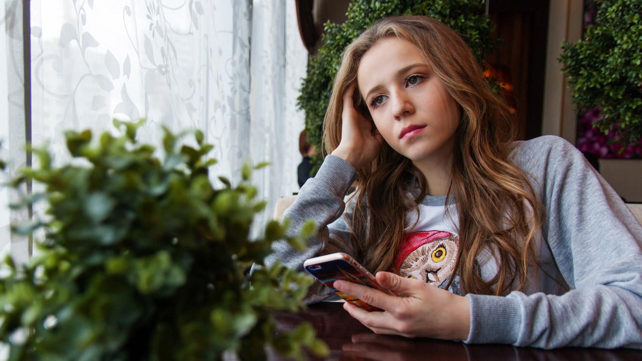pixabay-user-nastya_gepp-smartphone-cybermobbing-girl-1280x720
