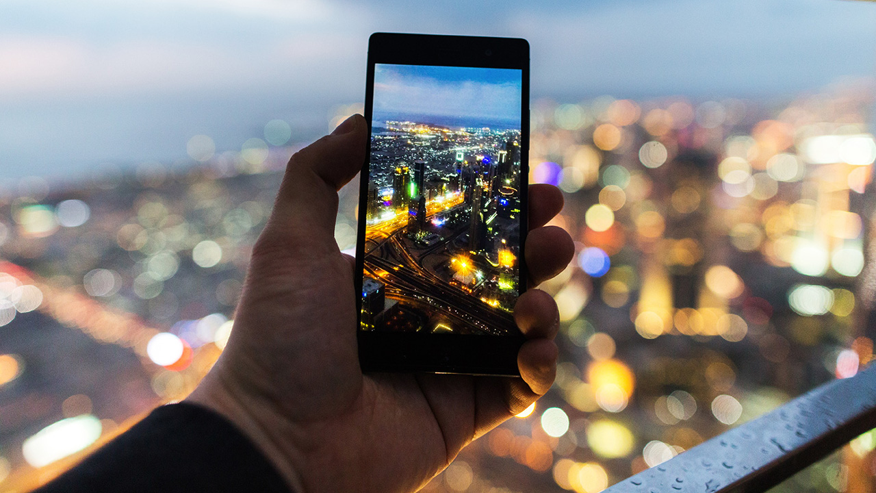 Smartphone fotografiert Landschaft